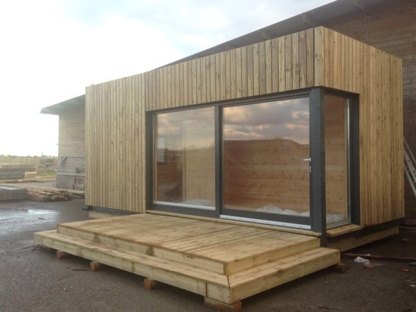 Installer une extension en bois contemporaine