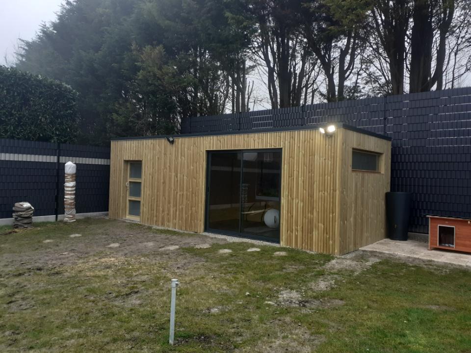 Abri de jardin Quadro bardage vertical en autoclave couverture EPDM Baie vitrée